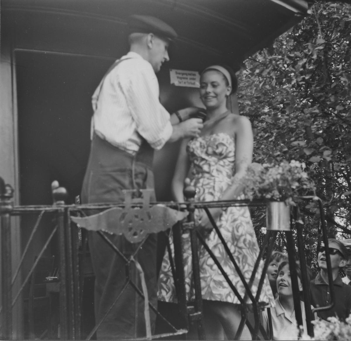 Fra den høytidelige åpningen av museumsbanen 19. juni 1966. Margrethe Wiegels overrekkes den gyldne skinnespiker av andelslagets formann Preben T. Hysing etter å ha foretatt snorklippingen.