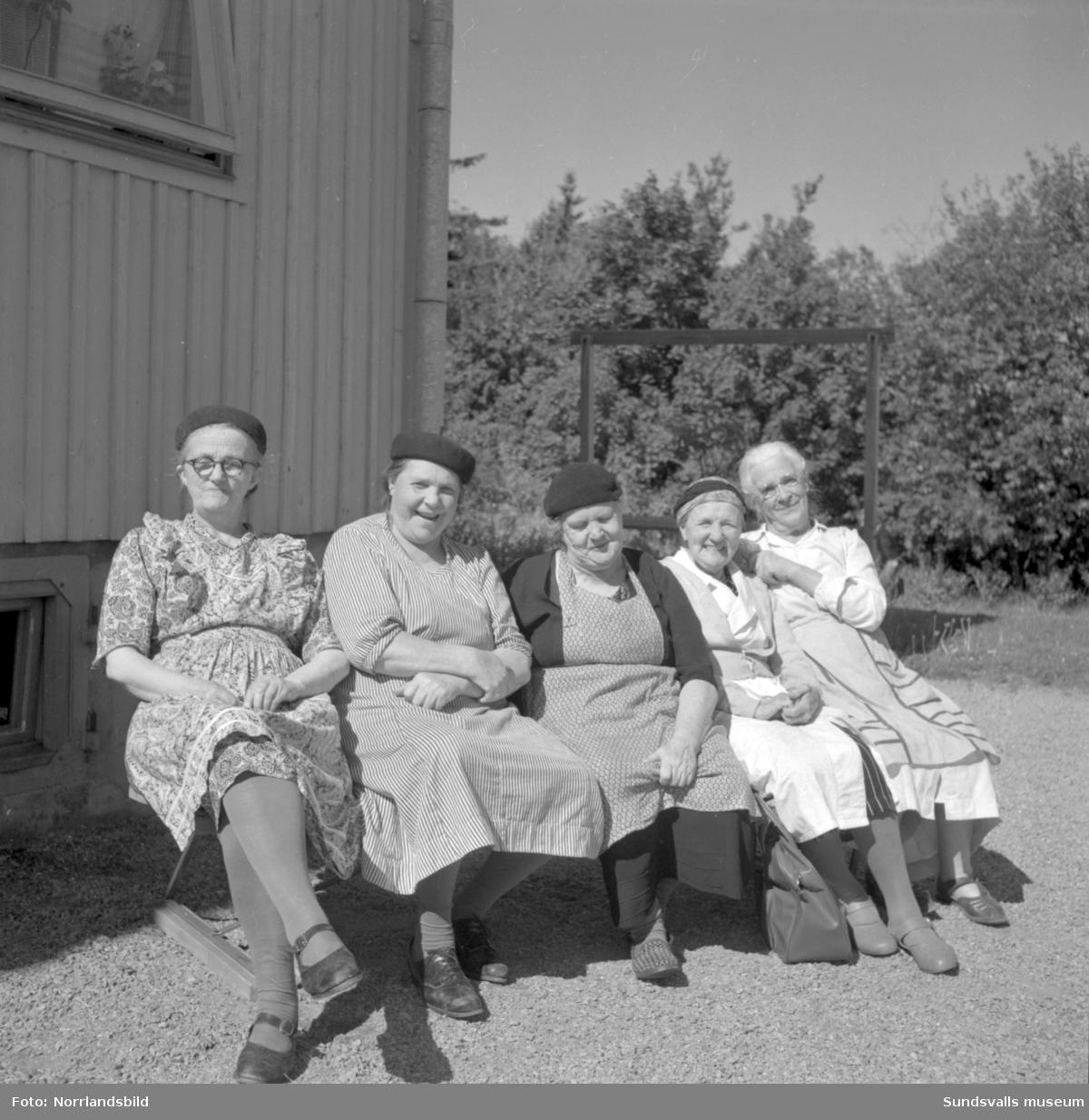 Fem damer poserar utanför pensionärshemmet i Gångviken.