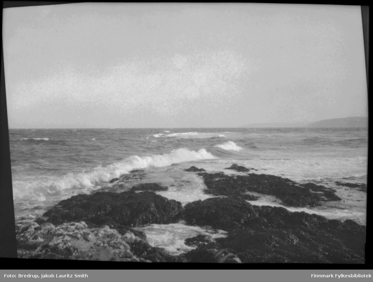 Naturbilde - bølger slår inn mot fjæra et sted i Finnmark.