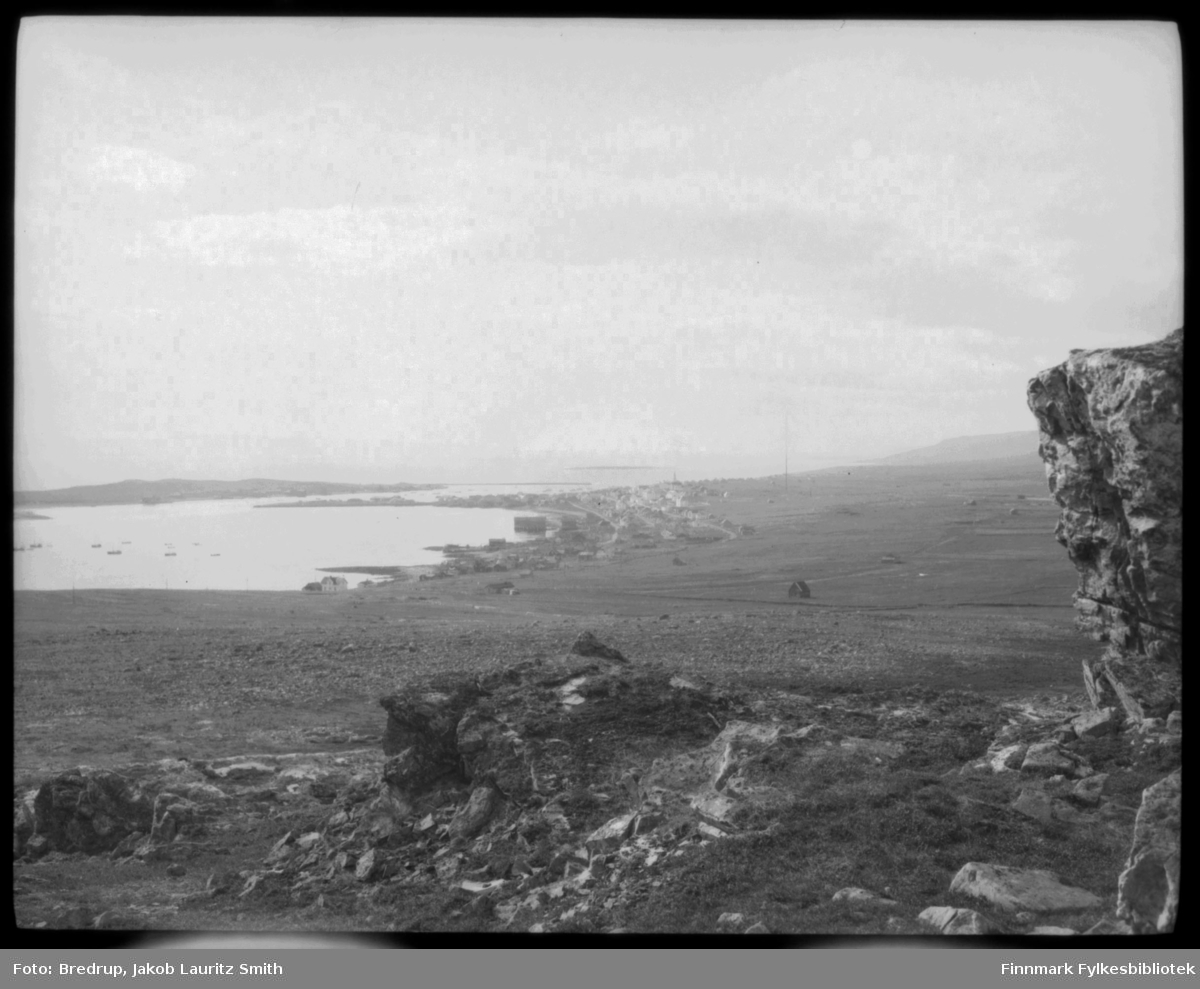 Oversiktsbilde tatt vest for Vadsø.  Midt i bildet radiomaster, jorder, sjåer.