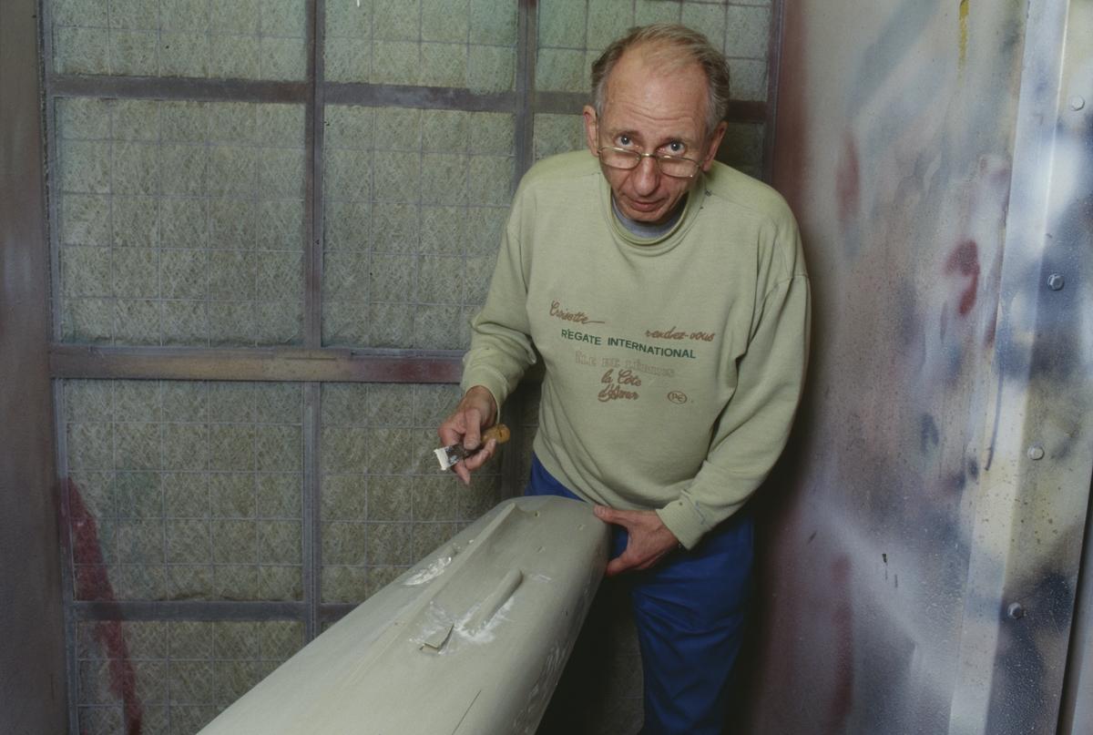 Göran Forss i arbete med skrovet till sin modell av jagaren Halland.