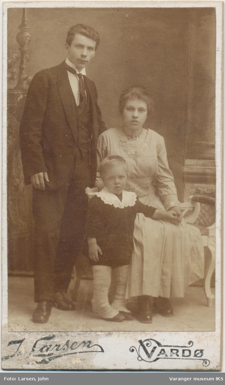 Familieportrett, Aksel, Bergljot og Odd Eriksen