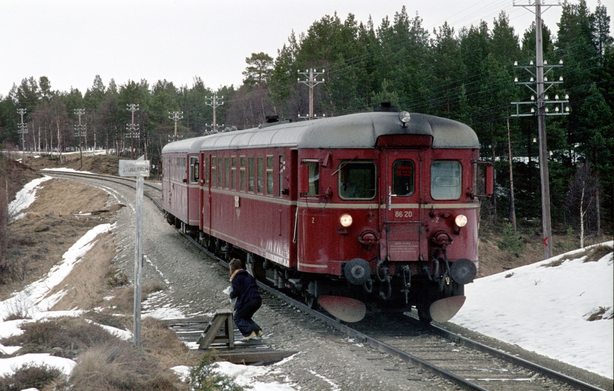 Persontog 372 med motorvogn BM 86 20, stopper ved Stormyren holdeplass, Os i Østerdalen.