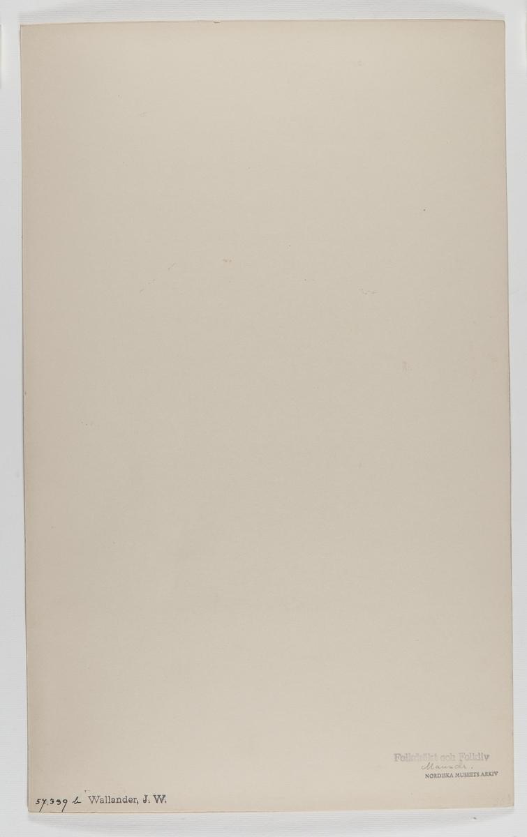 """Akvarellerad handteckning av J W Wallander. Mansdräkt från Äppelbo, Dalarna 1857. Text: """"Äppelbo. Helgdagsdrägt"""". Nordiska museets inventarienummer 57339b."""