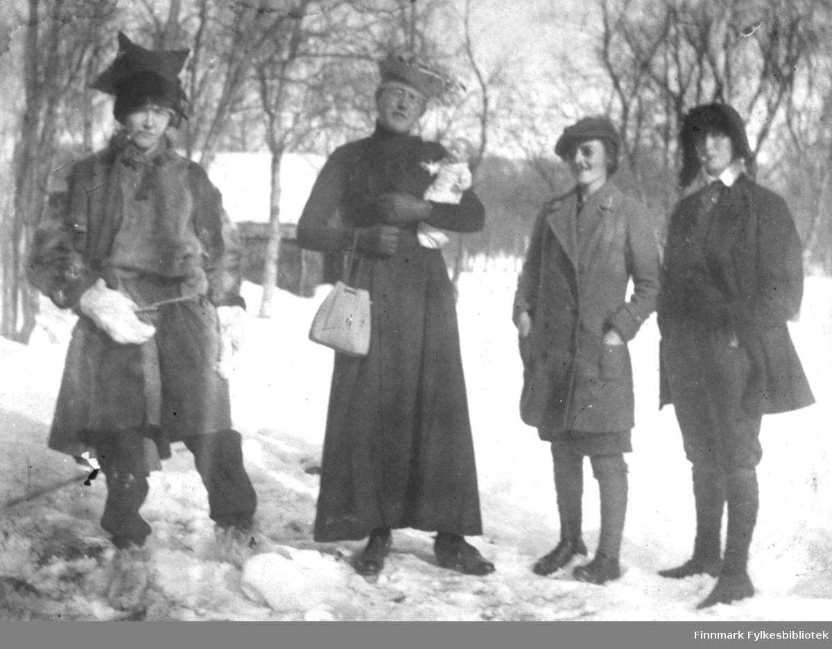 Utkledning - fra venstre Maren Bjørgan kledd i samisk pesk og stjernelue, Anders Andersen utkledd som kvinne med en liten dameveske og en babydukke, Magnhild Bjørgan Lillehammer og Sara Gabrielsen utkledd som menn.