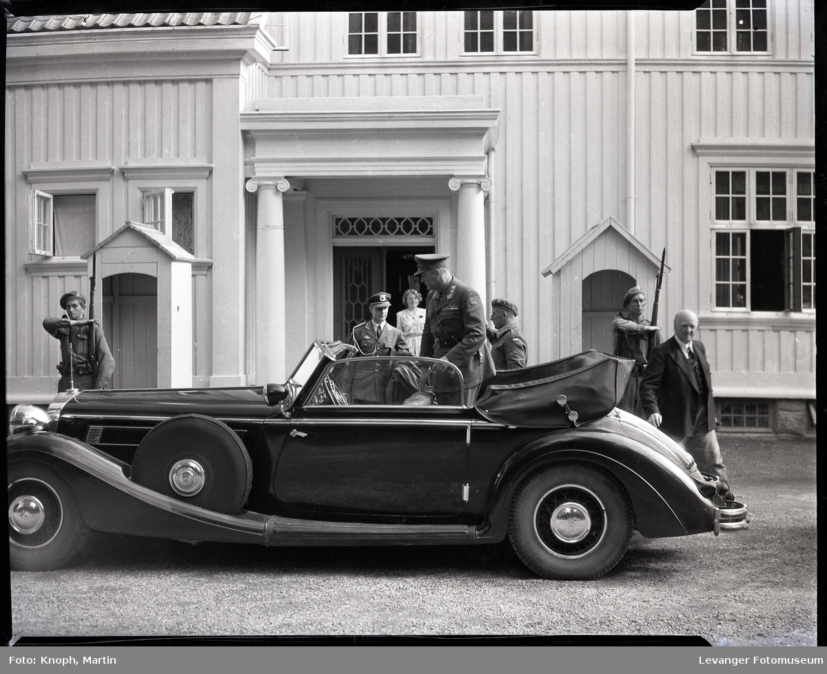 Kongelig besøk, kronprinsens bil foran Fylkesmannsgården.