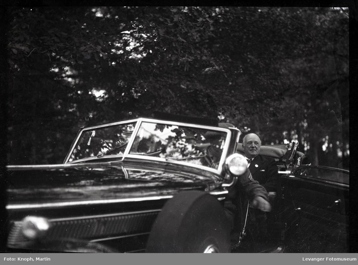 Kongelig besøk, Fylkesmann Lindboe i bilen.