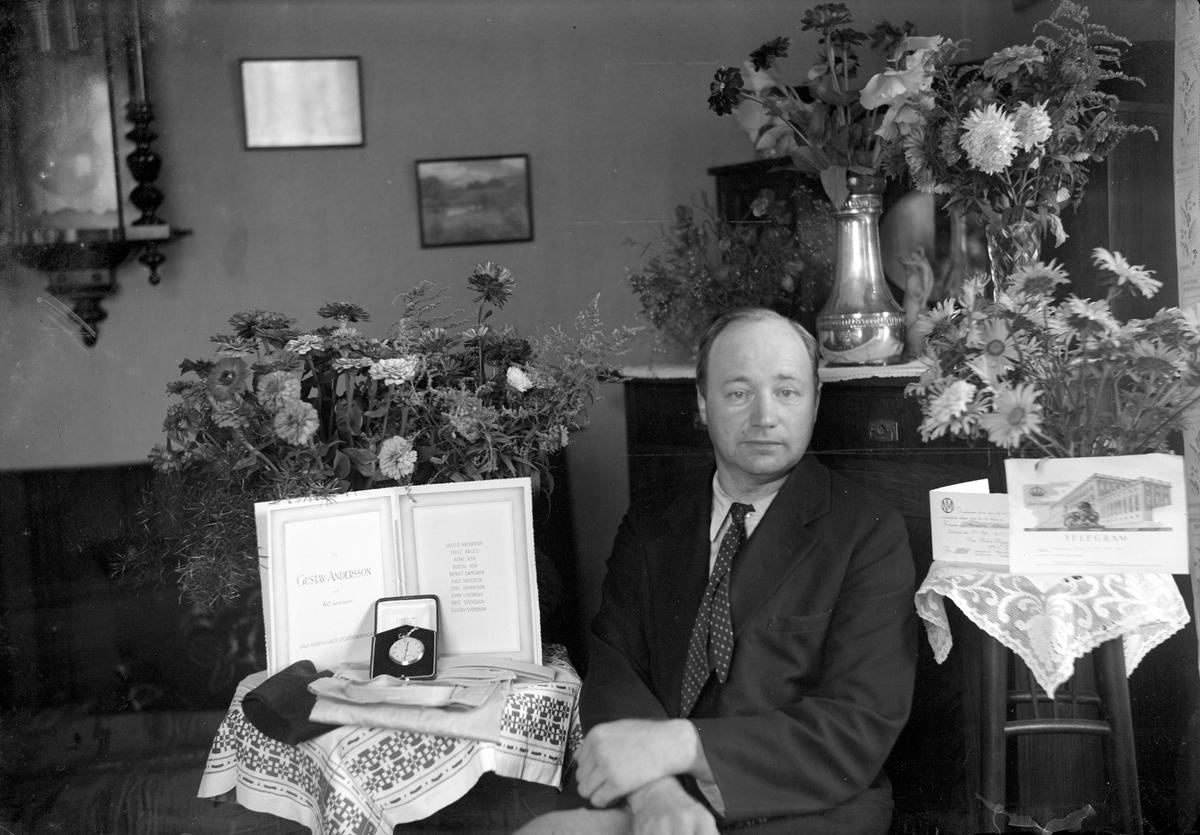 Fotograf Gustav Andersson fyller 40 år och gratuleras av kamraterna, som bodde runt Västra torget i Jönköping, med en klocka.