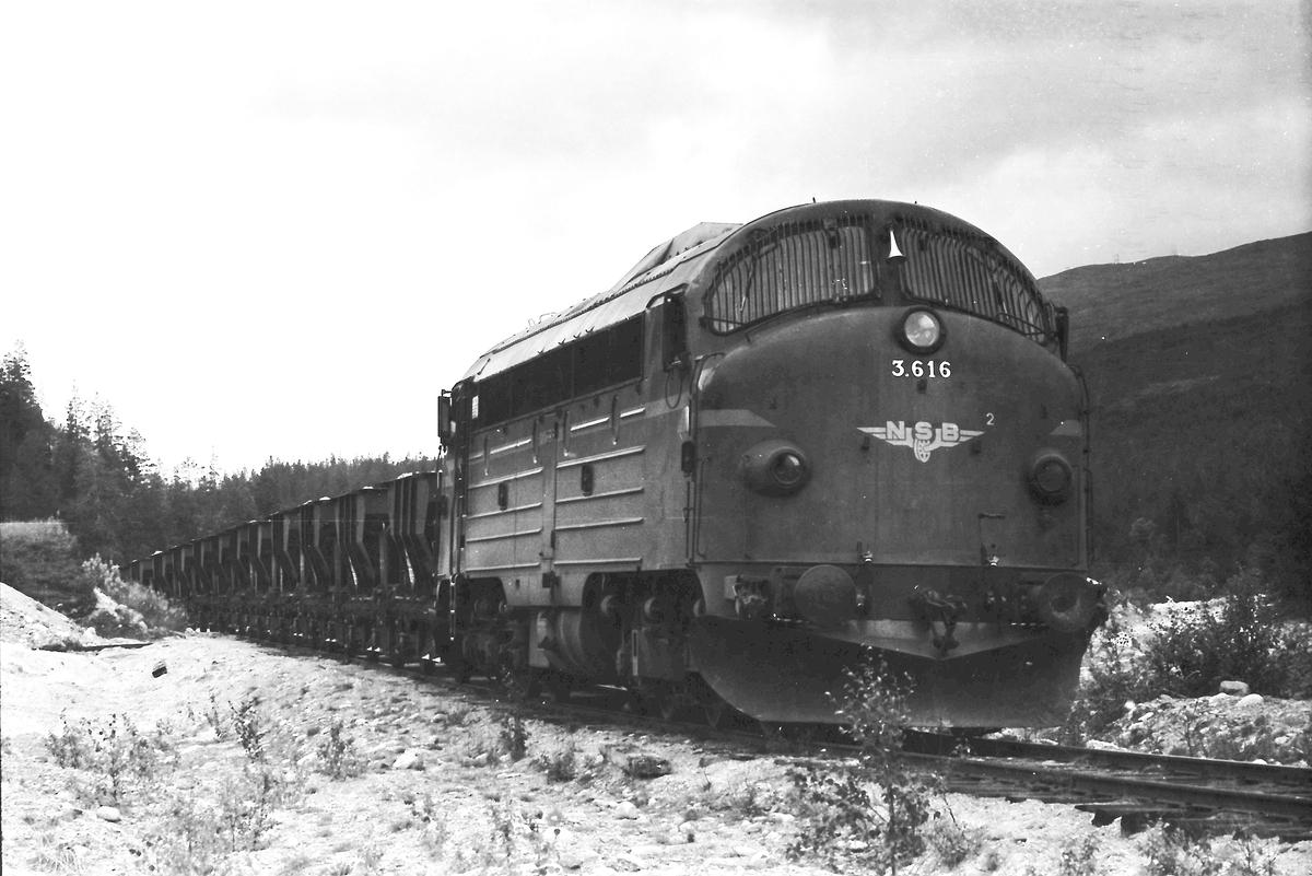 Grustog i Os grustak med NSB dieselelektrisk lokomotiv Di 3 616. Os i Østerdalen. Gruslinja grenet ut i sørenden av Os stasjon, gikk forbi Os Meieri sin rampe, krysset rv 30 og videre opp til grustaket.