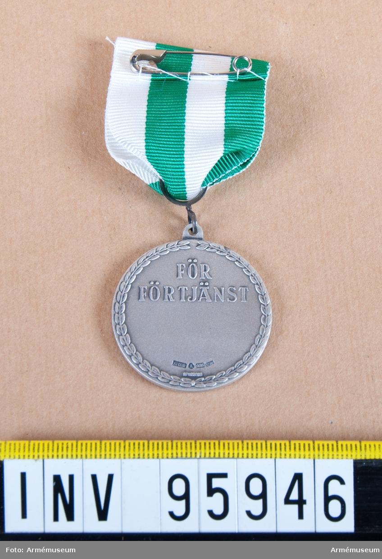 Västernorrlands regementes och Ångermanlandsbrigadens (I 21 och NB 21) förtjänstmedalj i silver, 9:e storleken, 1974/1994-2000.  Band: kluvet i grönt och vitt.  Medalj i blå ask klädd med blå sammet och vit siden.