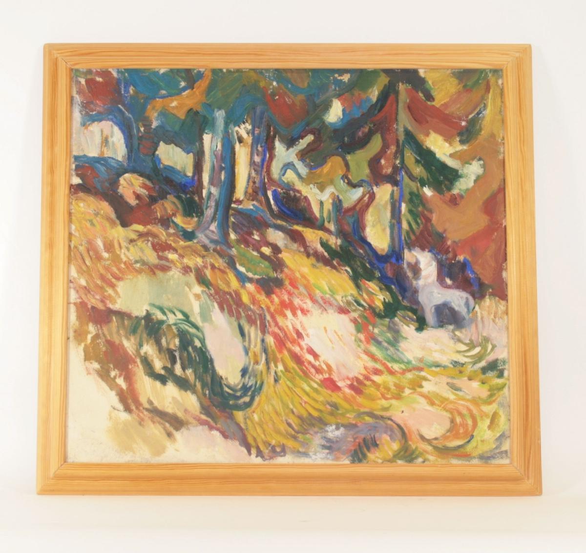 Motivet viser en skråning i et skogsmiljø, hvor man ser fire trestammer til venstre over skråningen, og ett tre lenger inne i bildet. Formen av et dyr antydes i grått nedenfor treet til høyre. Markerte penselstrøk og fokus på kontrasterende fargebruk.