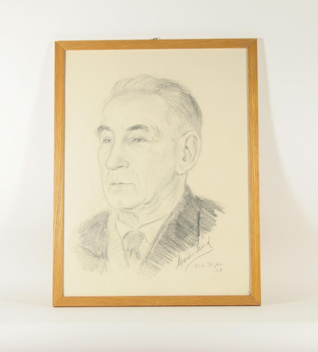 Portrett-tegning av mann i delvis profil med hodet vendt lett mot venstre, bakoverkjemmet hår. Kledt i skjorte med mørkt slips og mørk jakke med slag.