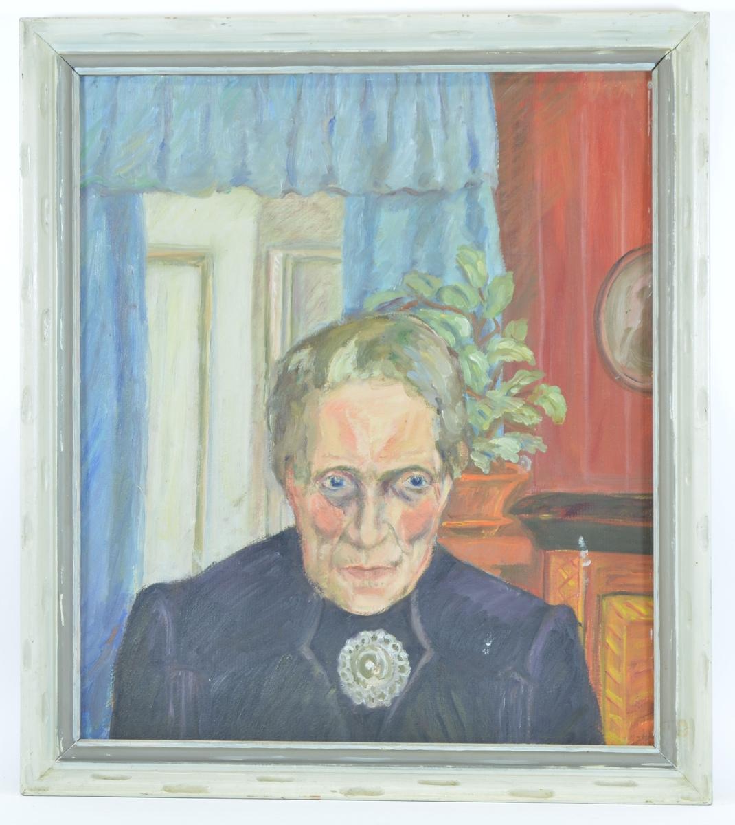Motivet viser en eldre kvinne, fra skuldrene og opp. Hun har blikket rettet mot høyre, mens ansiktet er vendt rett mot tilskueren. Hun har på seg en mørk overdel med en rund brosje/nål i halsen. I bakgrunnen ser man en dør med gardiner rundt til høyre, en pidestall med en grønn plante i midten, og deler av et møbel og et ovalt bilde som henger på veggen til høyre.