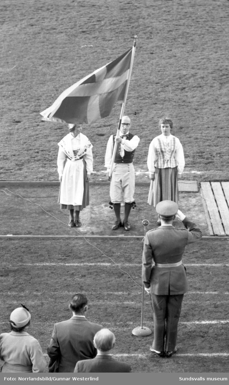 Svenska flaggans dag firas med parad och dansuppvisning i Idrottsparken.