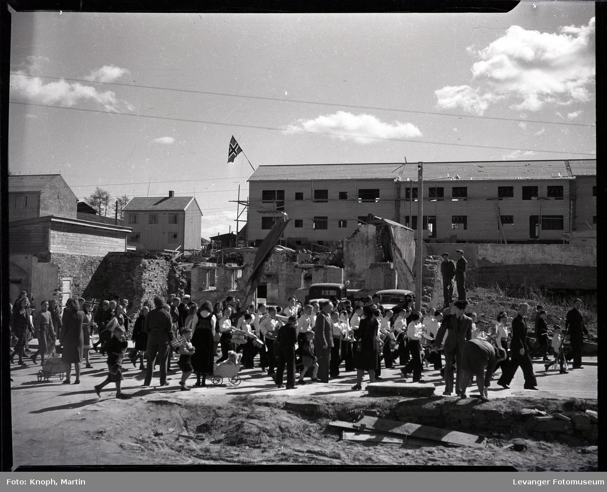 17.mai på Steinkjer. Guttemusikken marsjerer i krigsruiner.