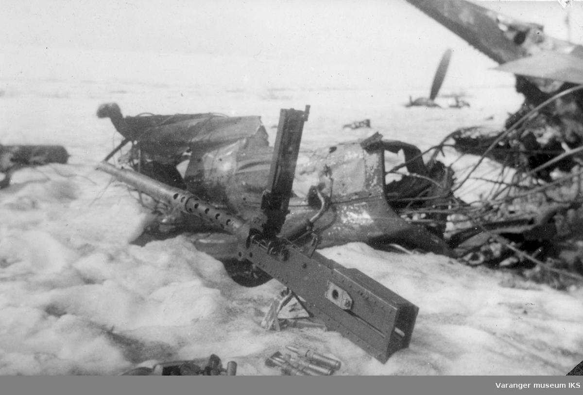 Vrakrester etter den sovjetiske jagerbomberen som ble skutt ned rett øst for Vadsø 10. mai 1944. I forgrunnen ses en av de flere 12,7 mm Browning-mitraljøsene som dette flyet var utstyrt med.