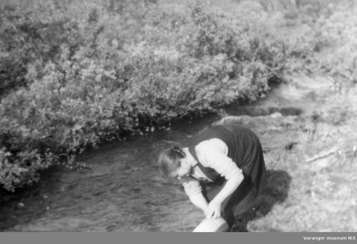 Nanna Riesto, som vasker i Viinikkabekken ved familiens hytte. Foto er sannsynligvis tatt i perioden 1939-1944.