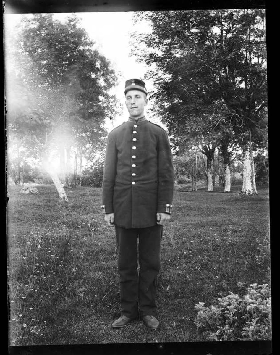 Abraham Jonsson, Hjärtum 1875-01-13 i soldatuniform. Bilden tagen i trädgården på Torpet (Arnstorp)