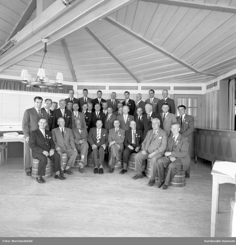 Gruppbild på medaljerade veteraner från Hallström & Nisses på Vindhem.