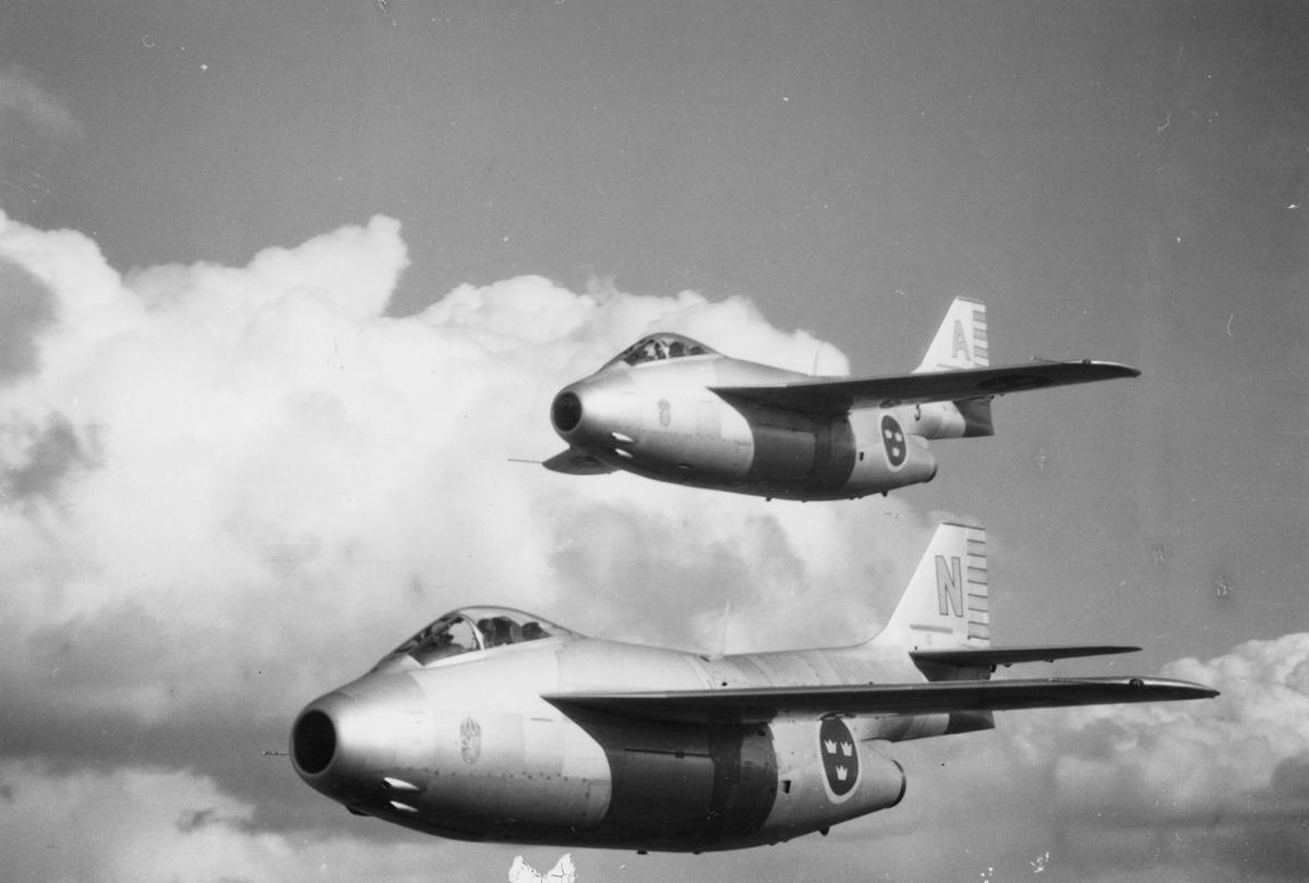 Två stycken flygplan J 29 tillhörande F 3 Malmen flyger i rote. Vy från sidan.