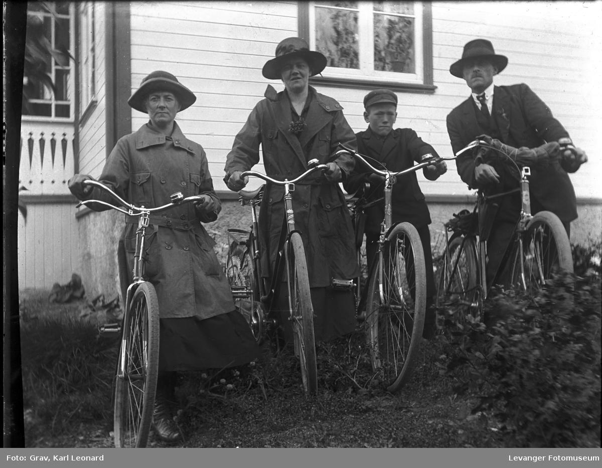 Gruppebilde. Familie med sykler.