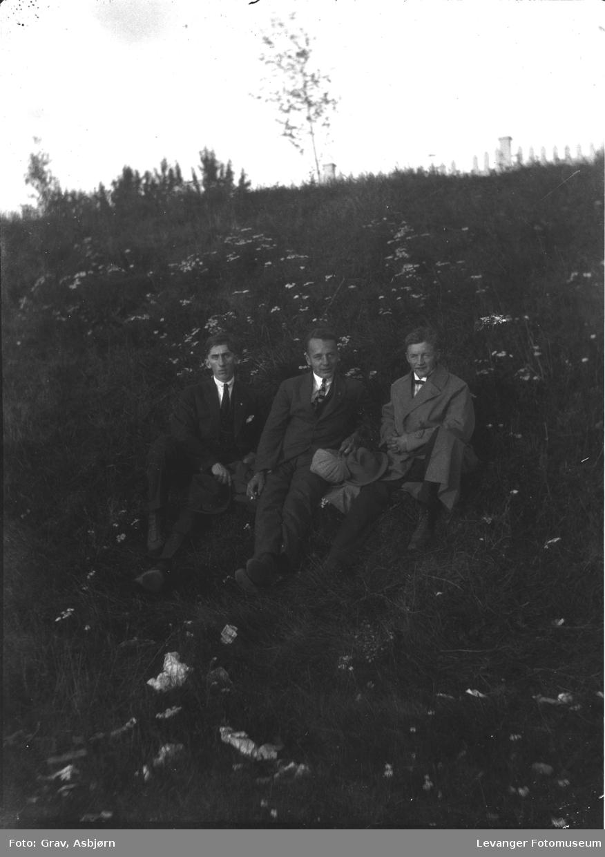 Portrett av tre unge menn.