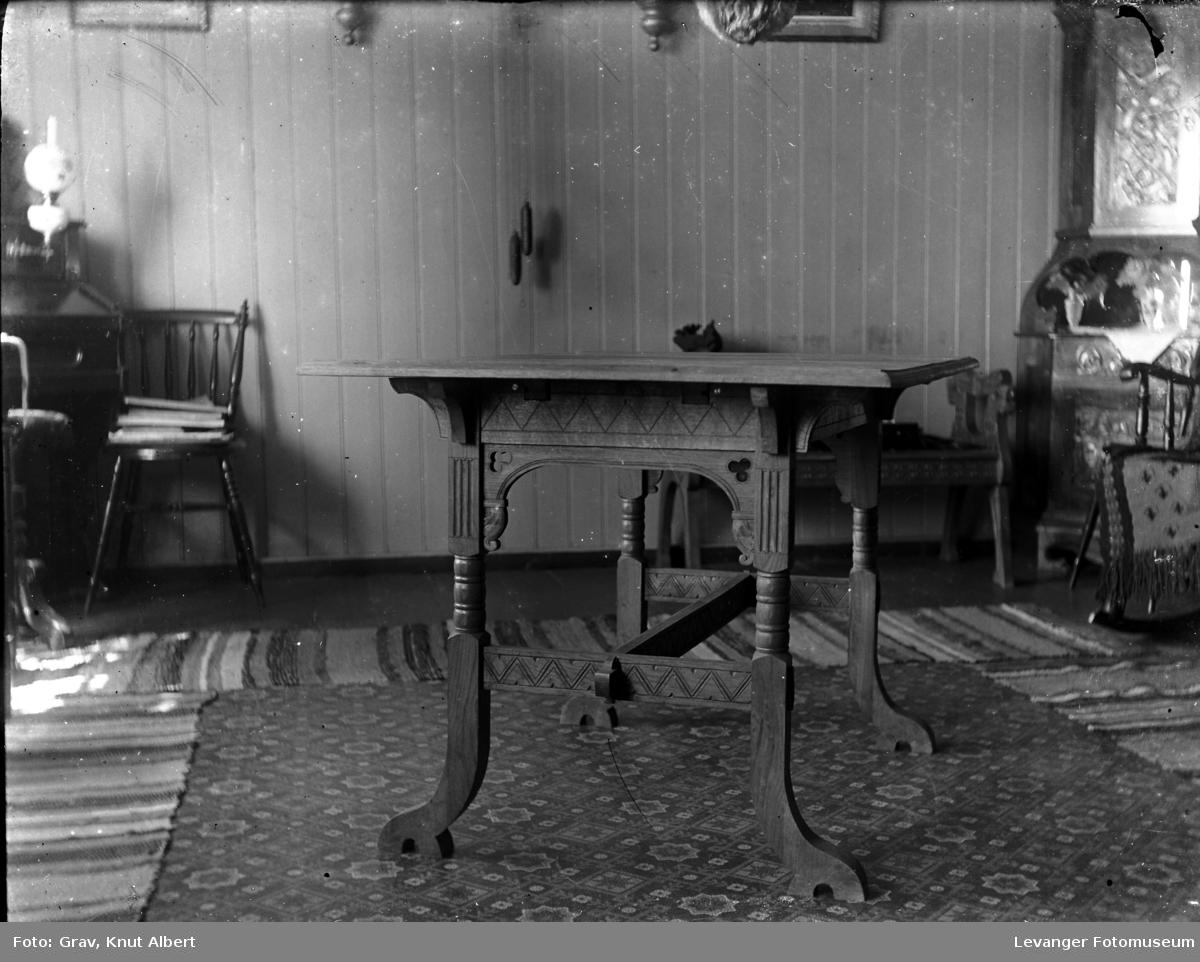 Interiør med bord  og filleryer.