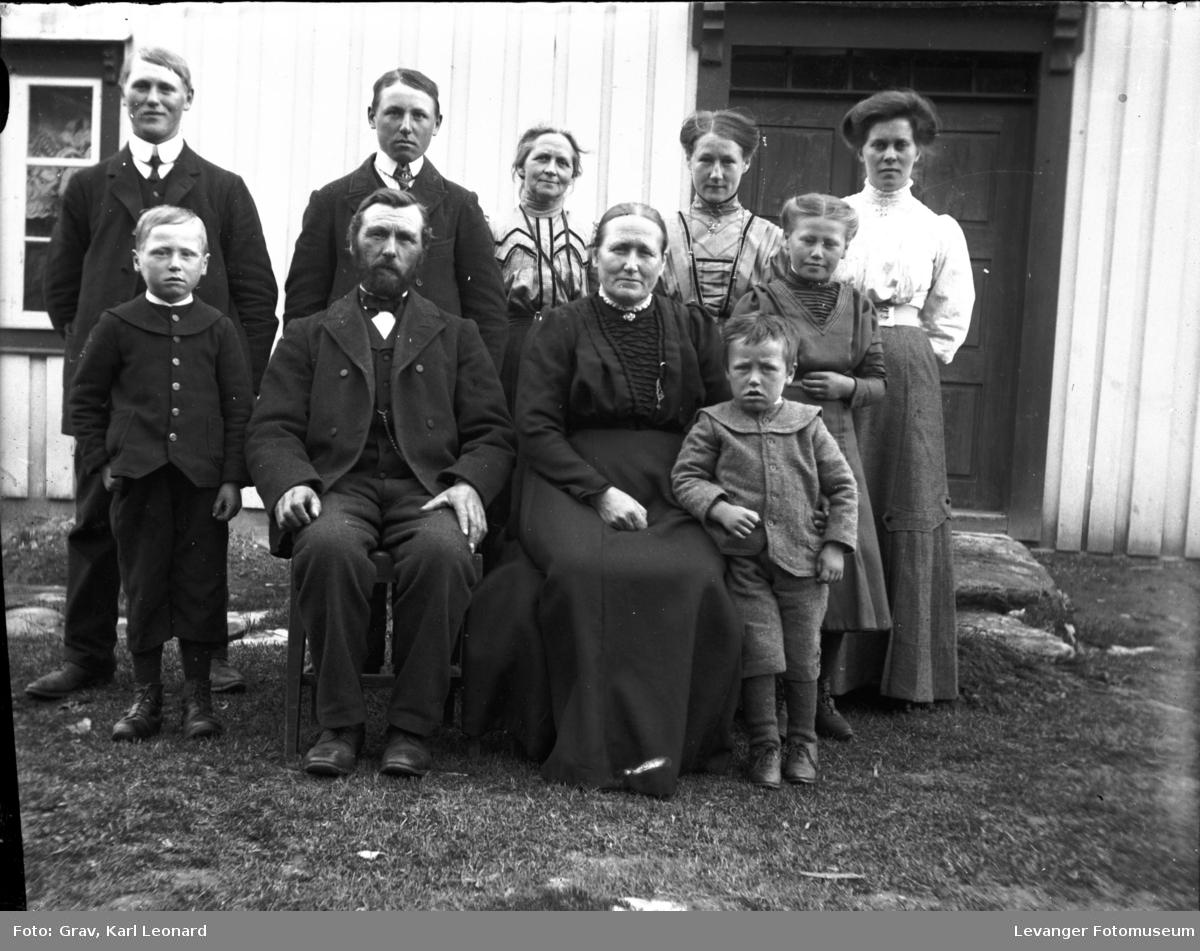 Gruppebilde, familie foran hus