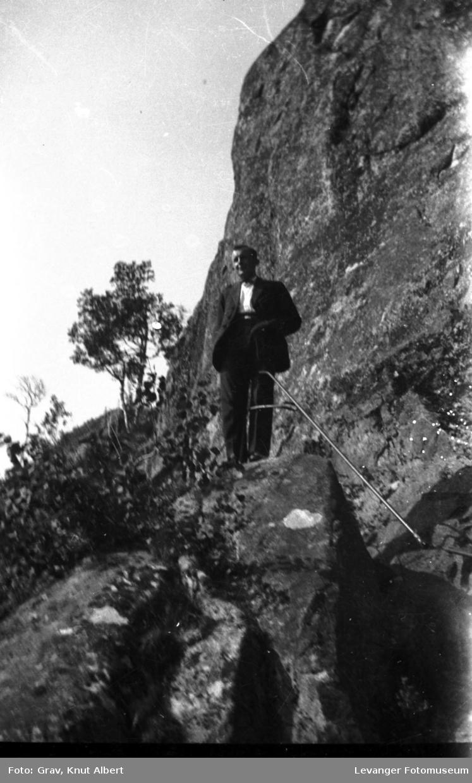 Portrett. mann i bratt fjellvegg