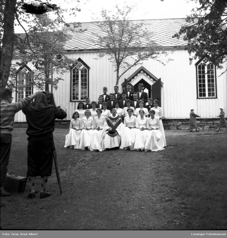 Gruppebilde, konfirmanter utenfor Ås kirke