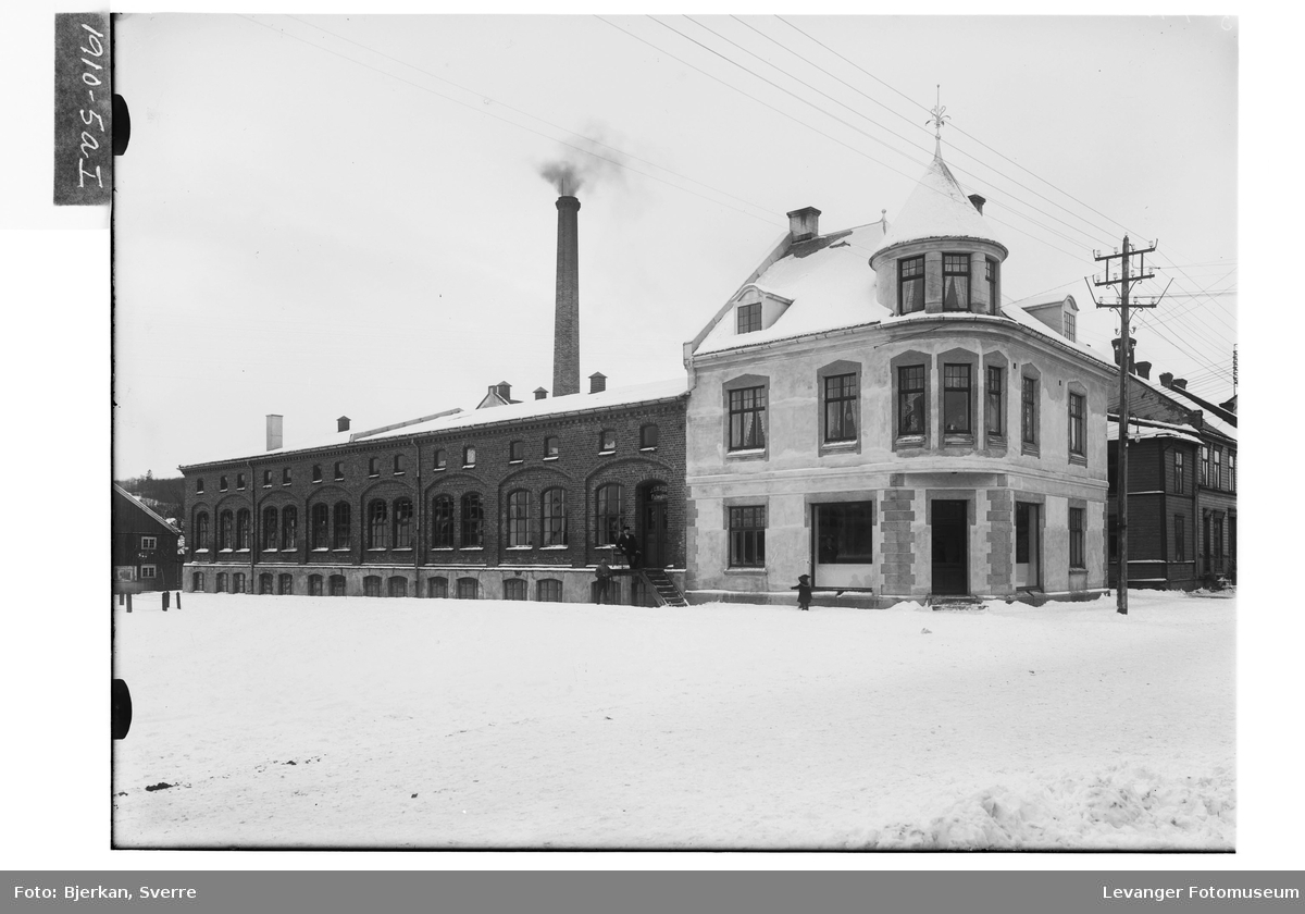 Ullvarefabrikken på Levanger en vinterdag.