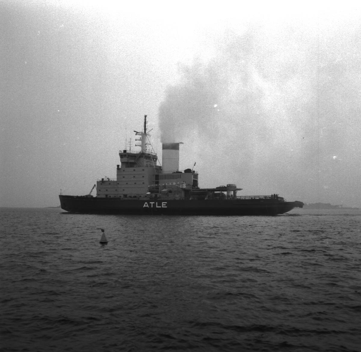 Fartyg: ATLE                            Övrigt: Isbrytaren Atle lämnar varvet.
