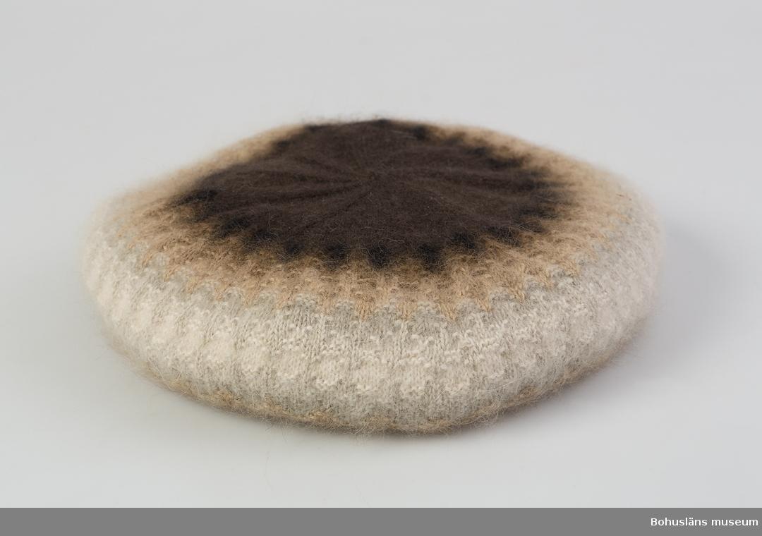 Barett i angoragarn i  mörkbrunt, svart, ljusbrunt, brunbeige, grått och vitt. Mönster Bruna dimman, design Kerstin Olson.