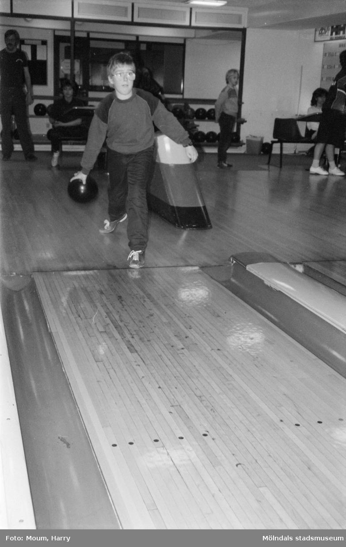 Bowling för barn under februarilovet i Mölndal, år 1985.  För mer information om bilden se under tilläggsinformation.