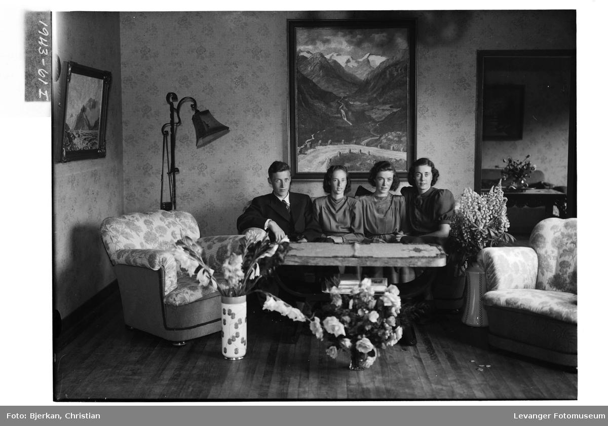 Fire søsken i sofaen.