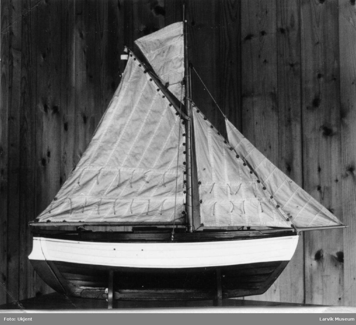 """Modell av Tenviksbåt - """"Stormtusten"""" med seil"""