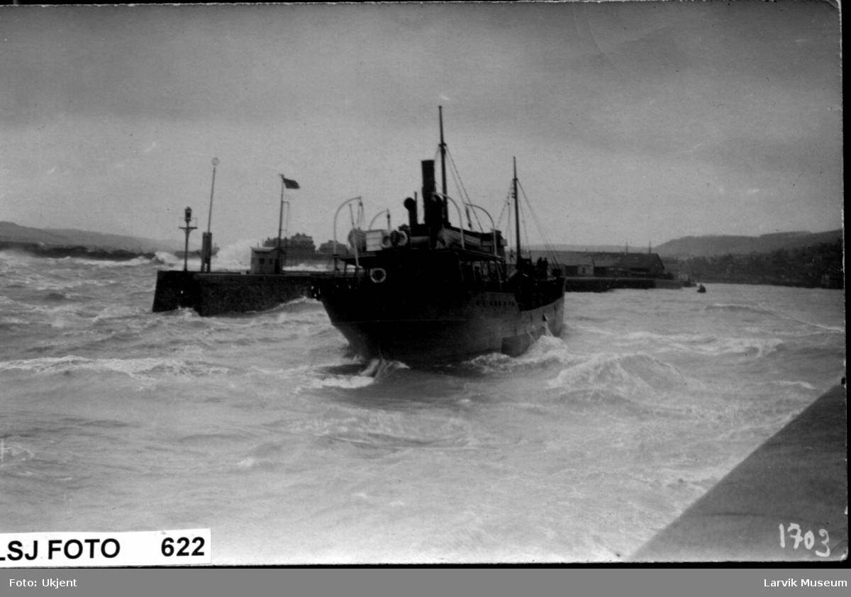"""Dampskipet """"Tønnes Kaade"""" i bølger"""