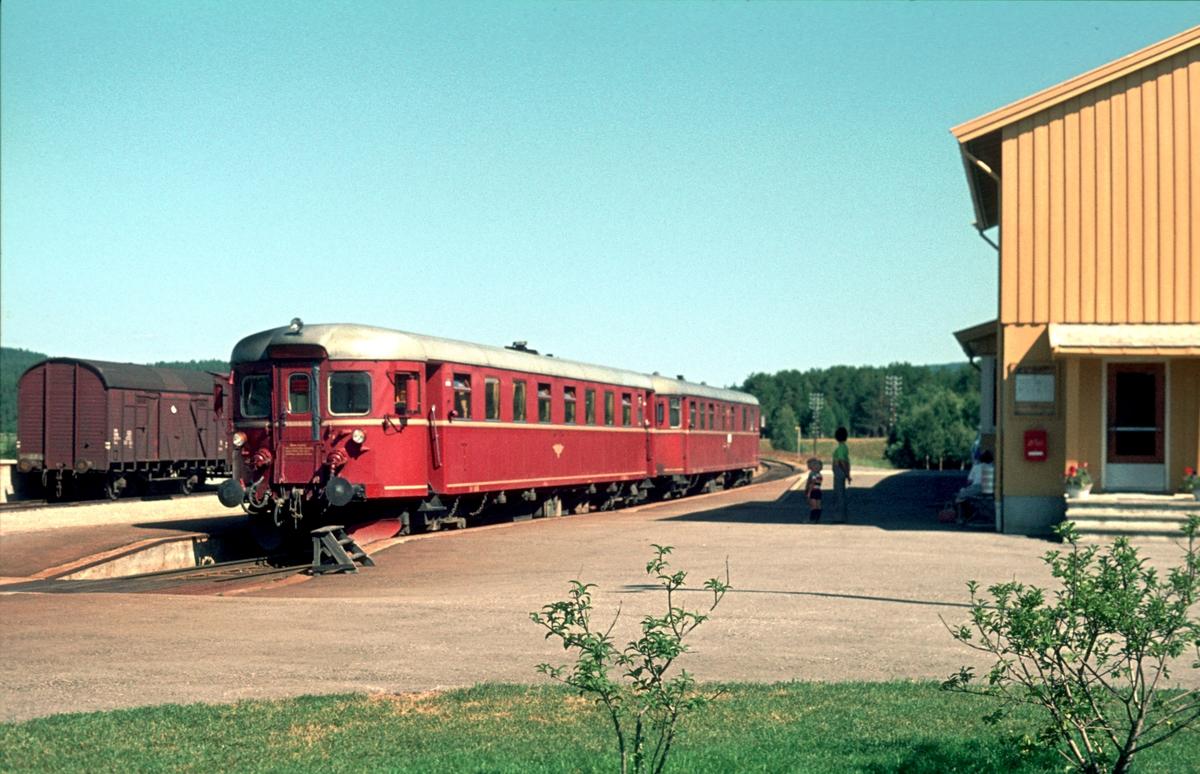 """""""Motorvogna"""". Tog 372 Røros - Hamar stopper på Os stasjon. Motorvognsett type 91. BM 91 06 og BDFS 91 71 eller 73. Os i Østerdalen."""