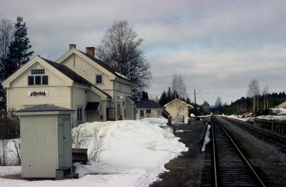 Persontog 1081 Kongsvinger - Elverum kjører inn på Jømna stasjon.