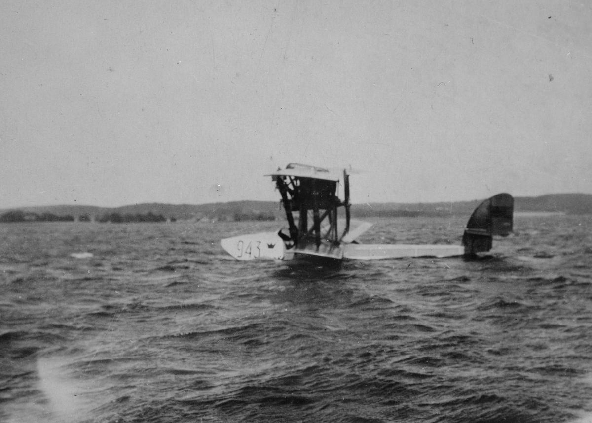 Flygplan Macchi M.7 märkt nummer 943 startar på sjön Vättern vid Karlsborgsviken, 1923. Förare är Magnus Bång.