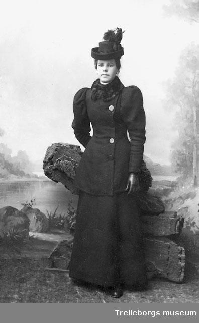 mode tankar på söt billig Kvinna i svart dräkt med pälskrage och hatt. - Trelleborgs museum ...