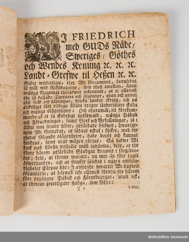 Förordning Angående främmande af the så kallade Tartarers och Zigeuners, samt annat löst folks och lättingars ... Sju sidor tryckt text i frakturstil. Ryggen bunden med handkolorerat papper.
