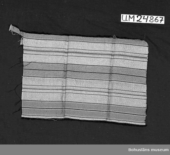 471 Tillverkningstid 1935-1975 594 Landskap BOHUSLÄN 601 Randig. Inslag: grått, blått, brunt, svart, gult och rosa. 610 Ytterligare uppgifter om gåvan UM 24798 - UM 24 883 se UM 24798.
