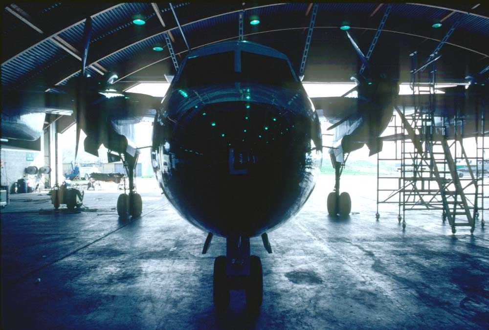 Hangar. Bodø. Ett fly, De Havilland Canada DHC-7-102 Dash7 fra Widerøe.