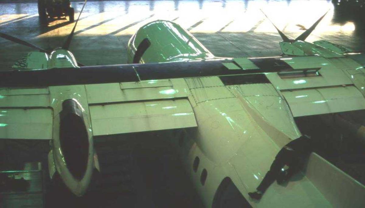 Lufhavn/Flyplass. Bodø. Et fly, DHC-8/ Dash8 fra Widerøe i hangar for vedlikehold.