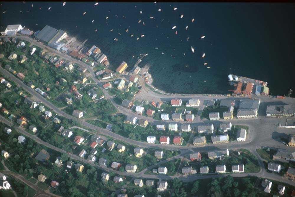 Luftfoto. Ett tettsted på Nordlandskysten.