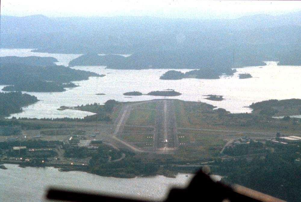 Luftfoto. Fornebu. Innflyging startet for landing Runway 24.