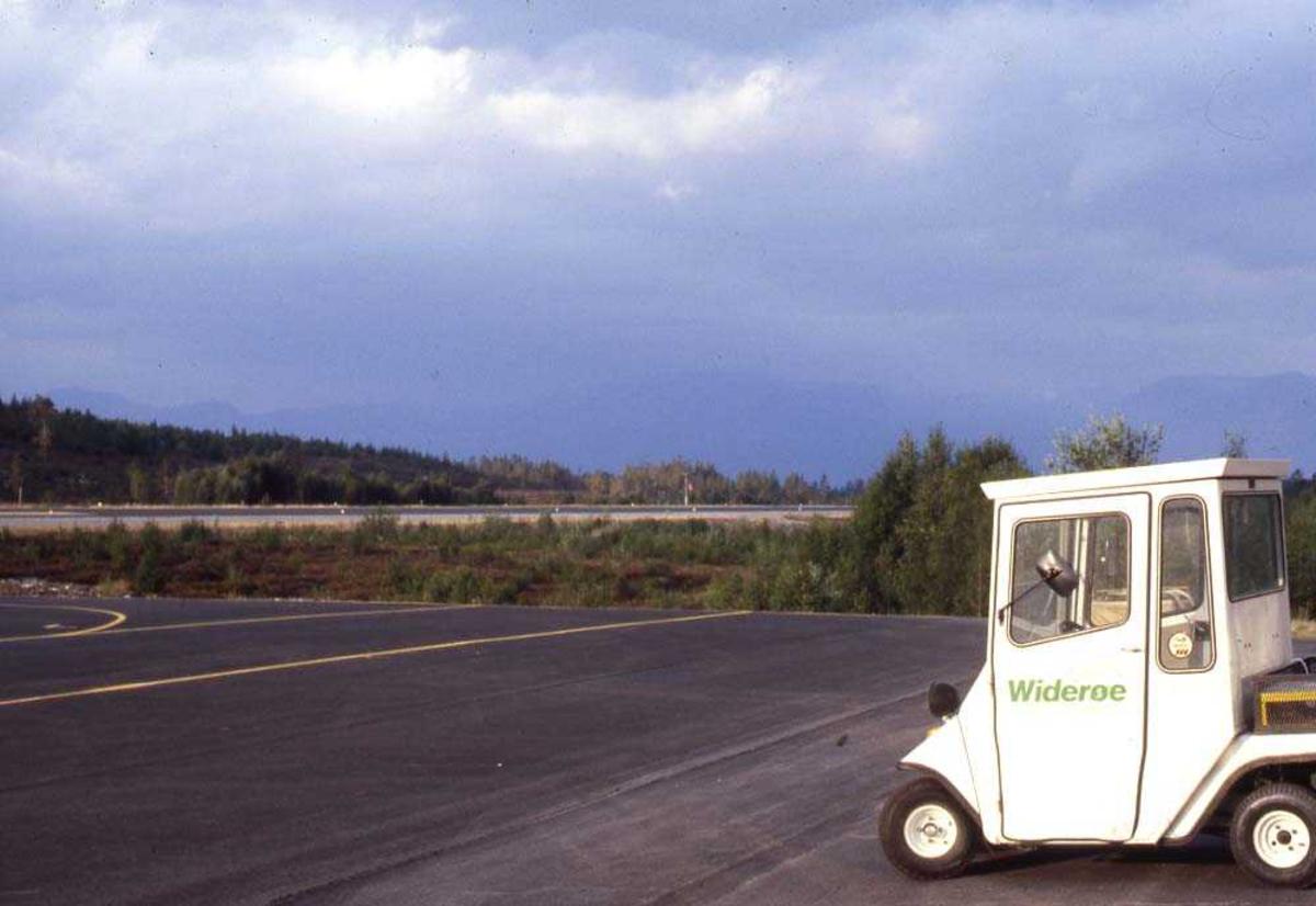 Lufthavn/Flyplass. Røssvold/Mo i Rana. En truck venter på at flyet skal komme slik at det blir litt aktivitet igjen.