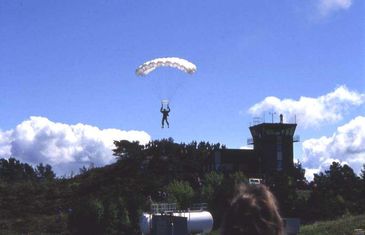 Luftfoto. Florø. Oppvisning med hanglider og reklame for Widerøe.
