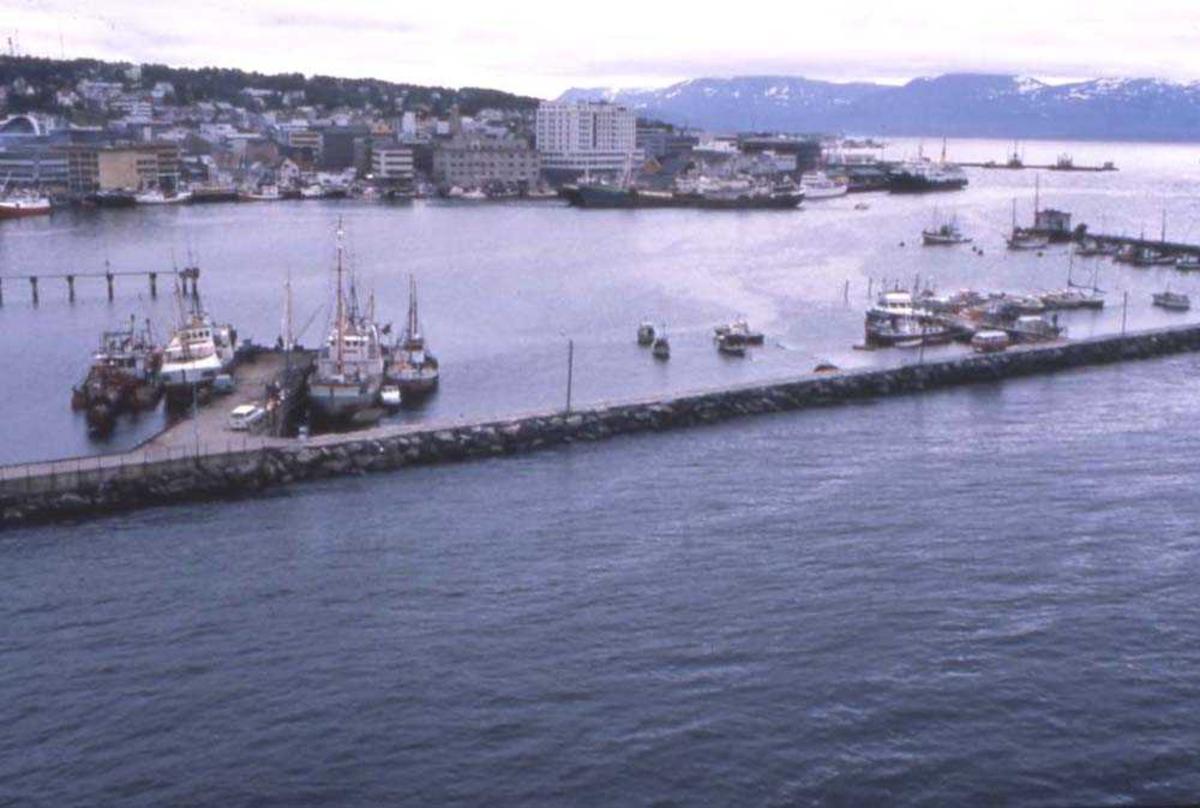 Landskap. Tromsø. Parti fra havna med molo og små og store båter fortøyd innenfor moloen..